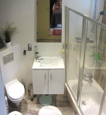 Keslake Towers B&B: Narnia Room bathroom
