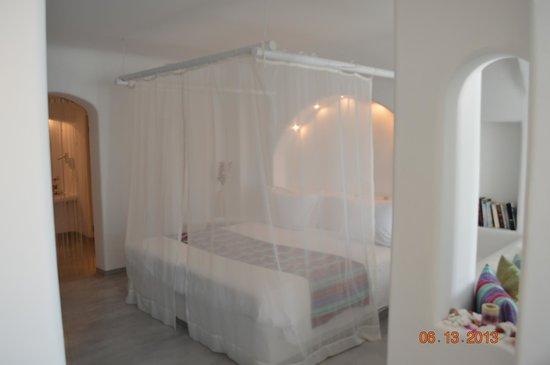 Absolute Bliss Imerovigli Suites: Bed Junior Suite