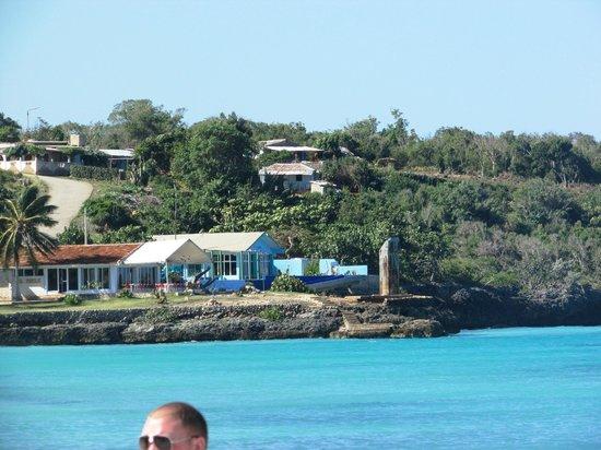 Guardalavaca Beach: Restaurant in distance