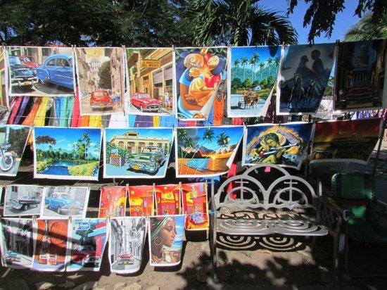 Guardalavaca Beach : Paintings at the market