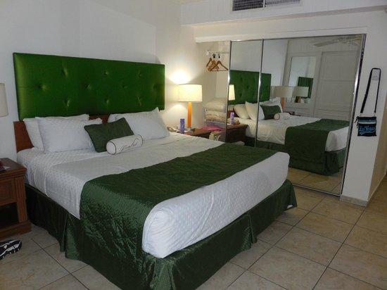 Flamingo Beach Resort: Beautiful bedroom, bed was very comfortable