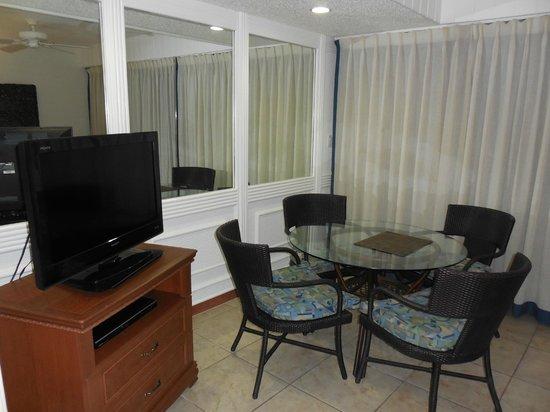 Flamingo Beach Resort: eating area