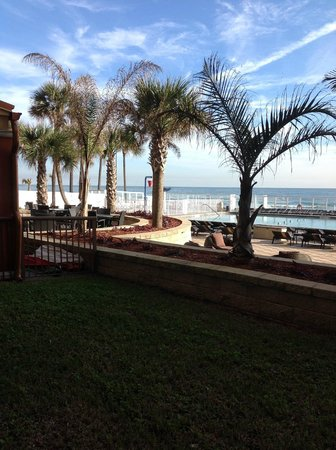Holiday Inn Resort Daytona Beach Oceanfront: To outside Bar
