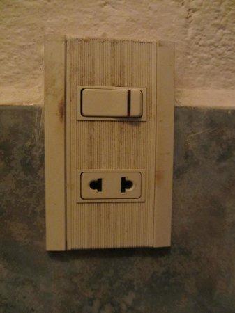 Hotel Ceciliano: Interruptores de la luz llenos de suciedad en el baño