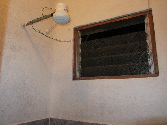 Hotel Ceciliano: Sin mosquitera en el baño y ventana sin cristal (acceso insectos)