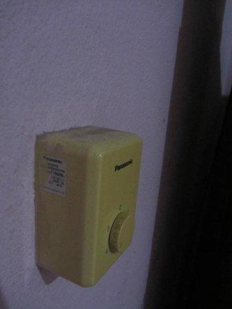 Hotel Ceciliano: Regulador del ventilador polvoriento y suciedad incrustada