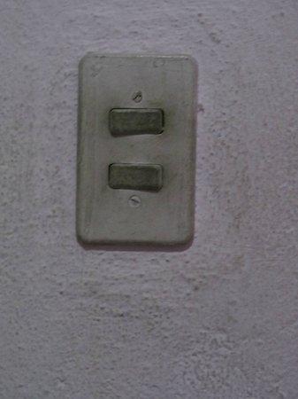 Hotel Ceciliano: Interruptor con mucha suciedad en dormitorio.