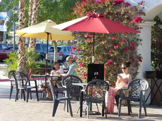 Old Town La Quinta: People enjoying beautiful weather in January