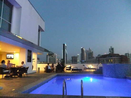 Tryp by Wyndham Panama Centro: this is really the pool lighting at night. Stargazers will enjoy