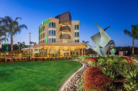 Holiday Inn San Diego-Bayside: Holiday Inn San Diego Bayside at Dusk