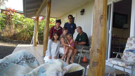 Mango Sunset BnB at Lyman Farms: オーナーのご家族と一緒に記念写真