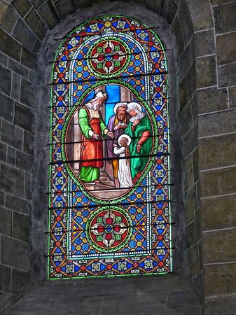Abbaye de Saint Hilaire: Stained glass window in the Abbey Church in Saint Hilaire