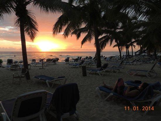 Viva Wyndham Dominicus Palace: El sol se pone frente a la playa