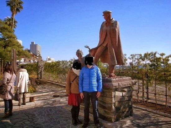 Omiyanomatsu / Statue of Kanichi and Omiya: 像の前