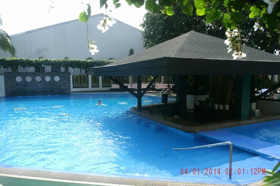Swim Up Pool Bar Picture Of The Manila Hotel Manila Tripadvisor