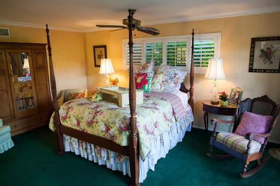 Garden Cottage at the Green B&B: room in main house