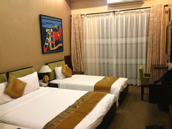 Artisan Boutique Hotel : Our room - dated decor