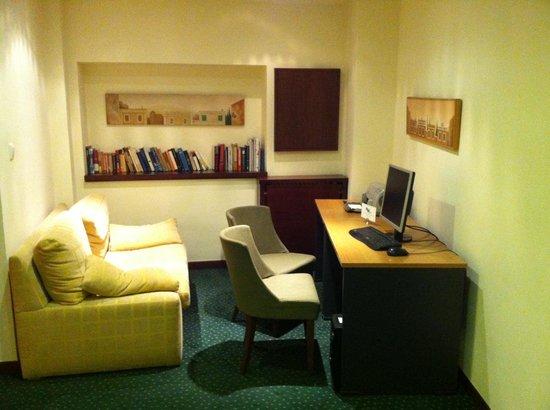 Plaka Hotel: Common area with reading corner and free PC