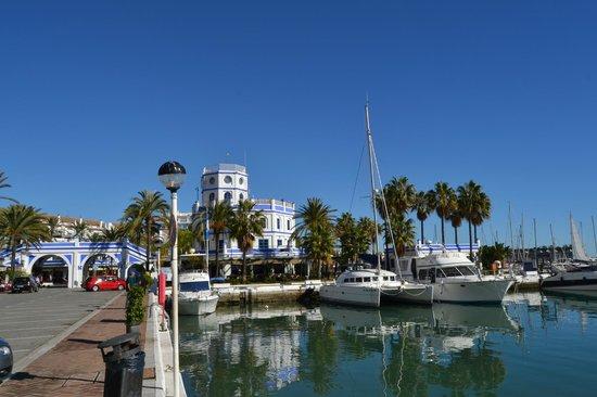 Estepona Marina: Vista de embarcadero y club nautico