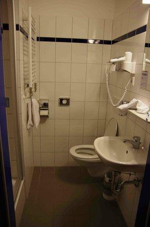 A&O Graz Hauptbahnhof: Double room bathroom