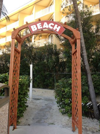 Comfort Suites Seven Mile Beach : It's easy to get to the ocean from the pool area!
