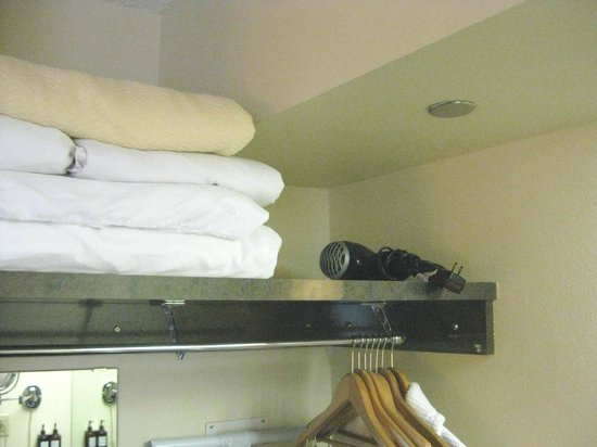 Holiday Inn Express & Suites : Extra bedding and hairdryer in closet