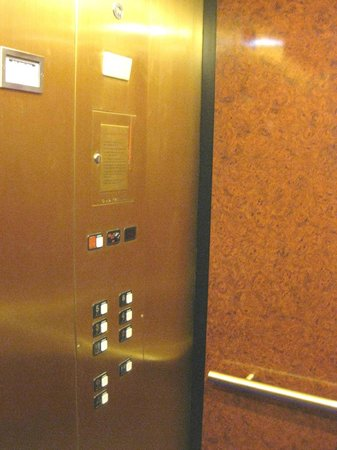 Holiday Inn Express & Suites: very quiet elevator