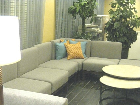 Holiday Inn Express & Suites: lobby