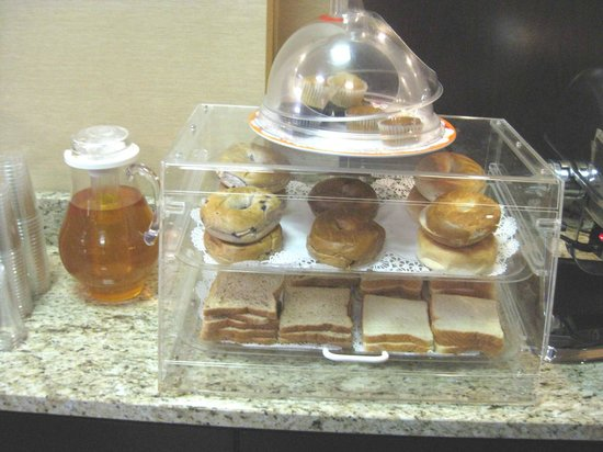 Holiday Inn Express & Suites: Breakfast buffet - apple juice, bagels, bread & muffins