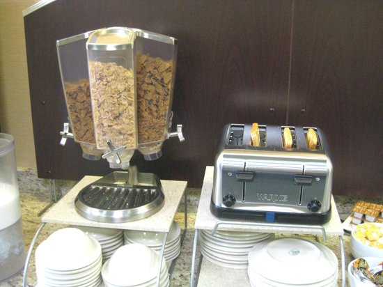 Holiday Inn Express & Suites: Breakfast buffet - ceral carosel & toaster