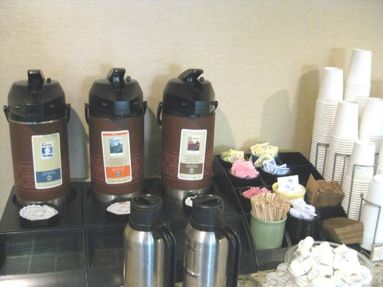 Holiday Inn Express & Suites: Starbucks coffee station