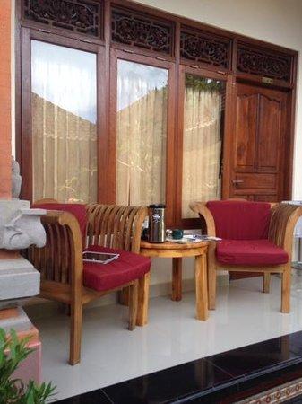 Duana's Homestay: масюсенький балкончик, но оочень мило и уютно.