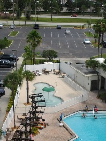 Holiday Inn & Suites Across from Universal Orlando: Vista do quarto