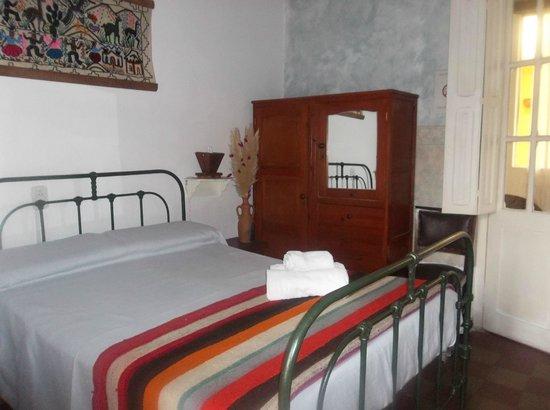 Ucumar: Habitacion Triple, de estilo colonial, con importantes detalles artesanales.