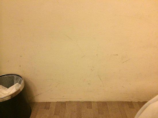 Bay Hotel Singapore: Scuff Marks on Walls