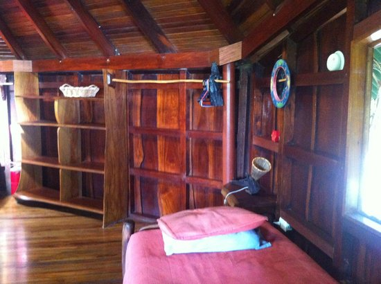 Hotel Amor de Mar: upstairs bedroom shelving