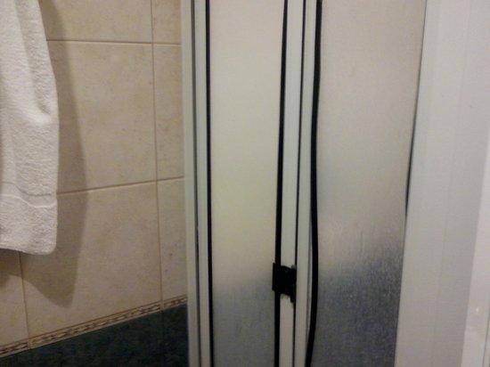 Hotel Selent: ducha con mamparaq