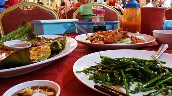 Suang Tain Seafood Restaurant: sting ray, veggie and prawns