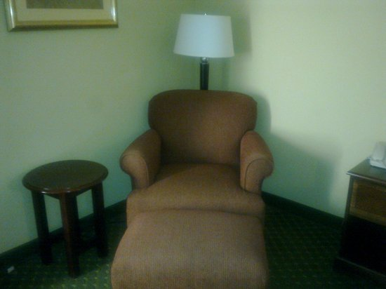 Quality Inn Carowinds: Chair with table and footstool
