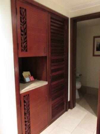 Royal Lahaina Resort: Closet and bathroom