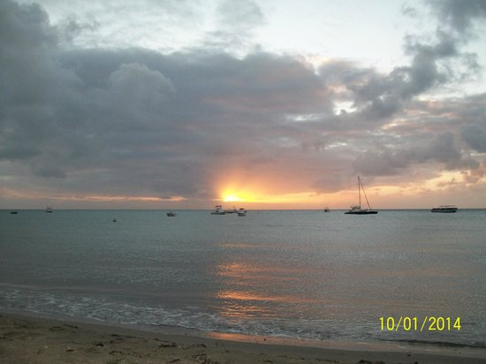 Oualie Beach Resort : sun set on beach