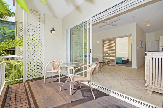 Macrossan House Boutique Apartments : Ground Floor Apartment deck and interior