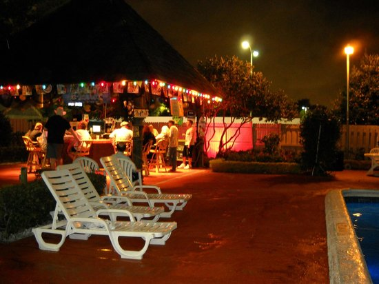 Ramada Plaza Fort Lauderdale : La pileta y el tiki bar