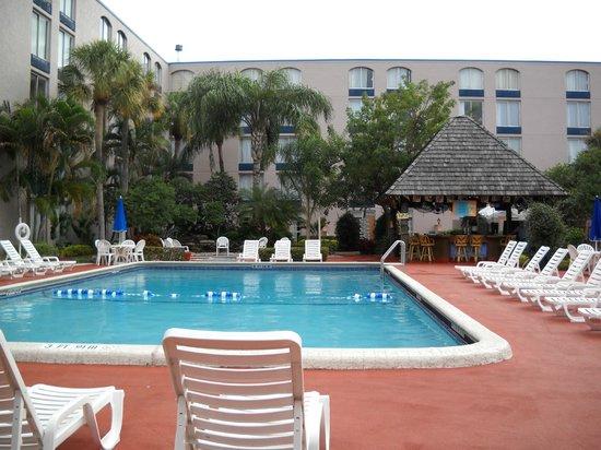 Ramada Plaza Fort Lauderdale: La pileta, muy amplia