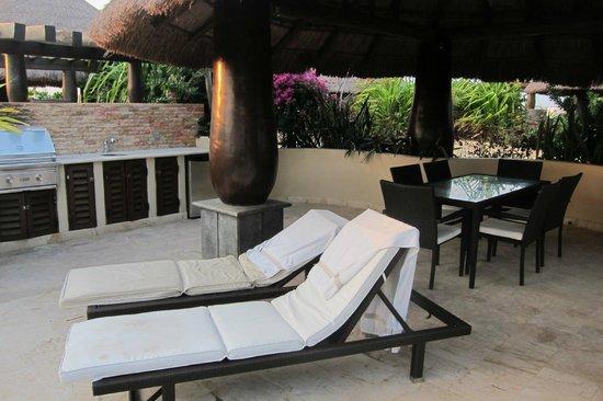 El Taj Oceanfront & Beachside Condos Hotel: the dining/lounge area