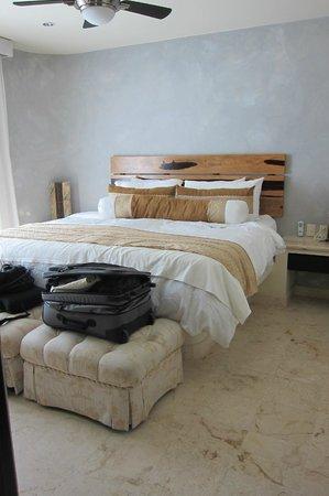 El Taj Oceanfront & Beachside Condos Hotel: Our second room. Comfy bed!