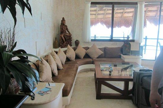 El Taj Oceanfront & Beachside Condos Hotel: Living room