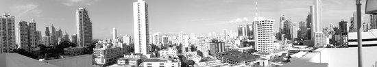 Clarion Victoria Hotel and Suites Panama: Vista desde la Piscina