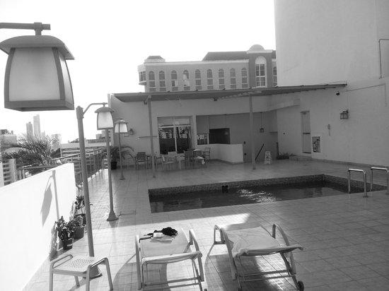 Clarion Victoria Hotel and Suites Panama: Área de Piscina