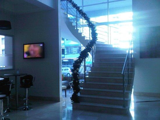 Clarion Victoria Hotel and Suites Panama: Escaleras que comunican Recepción con Mezz Comedor